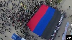 2014年10月19日烏克蘭東部人們亮出頓涅茨克人民共和國旗幟。