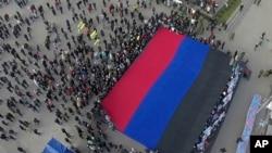 2014年10月19日乌克兰东部人们亮出顿涅茨克人民共和国旗帜