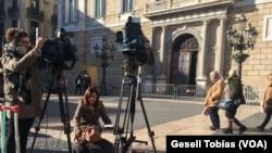 Periodistas se apostan frente a la Generalitat, sede del gobierno regional catalán en Barcelona, España, el martes, 19 de diciembre de 2017.
