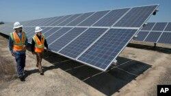 Công nhân nhà máy năng lượng mặt trời tại Dixon, California. (ảnh chụp ngày 13/9/2017)