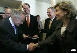 Demokrat senator Garri Rid yangi qonunni yozishda hamkorlik qilgani uchun Xatchison xonimga ta'zim qilmoqda