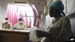 Wata mace mai suna Pinky Molefe, tana karbar maganin tarin fuka ko TB a wani asibitin unguwar Alexandria a Johannesburg, Afirka ta Kudu ranar 13 Oktoba, 2010