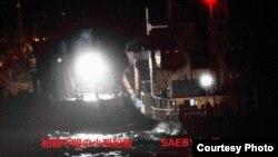 일본 외무성이 북한 선박의 불법 환적 의심 행위를 적발했다며 28일 공개한 사진. 지난 2일 동중국해 공해상에서 북한 유조선 새별호(오른쪽)와 선적을 알 수 없는 소형 선박이 나란히 근접해 있다.