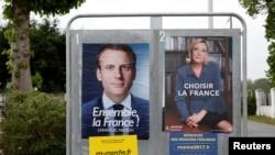 法國總統候選人馬克龍(左)和勒龐的競選海報