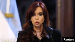 Cristina pidió a los miembros de su gobierno que cambien sus dólares a pesos.