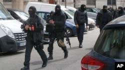 Policías franceses encapuchados vigilan la entrada de la sede de la policía judicial, parte del Palacio de Justicia, en París, Francia, el miércoles, 27 de abril de 2016.