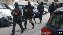 27일 프랑스 파리에서 복면을 한 경찰 병력이 사법경찰청 본부로 향하고 있다.