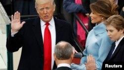 ကန္သမၼတသစ္ Donald Trump က်မ္းသစၥာက်ိန္ဆိုစဥ္။ (ဇန္နဝါရီ ၂၀-၂၀၁၇)