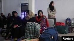 جمعرات کو سمجھوتہ ایکسپریس کے ذریعے بھارت جانے والے ایک خاندان کے افراد لاہور کے ریلوے اسٹیشن پر پریشان بیٹھے ہیں۔