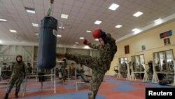 یوه افغان سرتیرې د فزیکي تمرینونو پر وخت