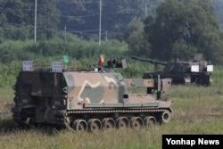 지난 2017년 8월 미한 연합훈련이 열린 경기도 파주 접경지역에서 한국군 K-10 탄약운반장갑차(앞쪽)와 K-9 자주포가 대기하고 있다.