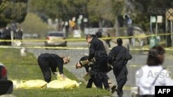 Полицейские покрывают тела погибших, г. Окленд (Калифорния), 2 апреля 2012 года