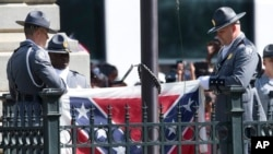 10일 미국 사우스캐롤라이나에서 의장대가 주 의사당에 게양돼 있는 남부연합기를 내려서 접고 있다.
