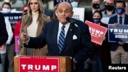 រូបឯកសារ៖ លោក Rudy Giuliania មេធាវីផ្ទាល់ខ្លួនរបស់ប្រធានាធិបតីសហរដ្ឋអាមេរិកលោក ដូណាល់ ត្រាំ (Donald Trump) ដែលទទួលខុសត្រូវលើពាក្យបណ្តឹងអំពីដំណើរការបោះឆ្នោតឲ្យលោក ត្រាំ ថ្លែងក្នុងសន្និសីទសារព័ត៌មានមួយនៅទីក្រុង Philadelphia រដ្ឋ Pennsylvania កាលពីថ្ងៃទី៤ ខែវិច្ឆិកា ឆ្នាំ២០២០។