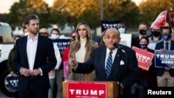 L'ancien maire de la ville de New York, Rudy Giuliani, avocat personnel du président américain Donald Trump, avec Eric Trump et de son épouse Lara Trump lors d'une conférence de presse à Philadelphie, Pennsylvanie, le 4 novembre 2020.
