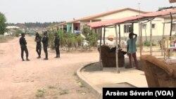 La police somme les sinistrés du 4 mars 2012 de quitter les logements de Kintele, le 18 août 2020. (Arsène SEVERIN/VOA)