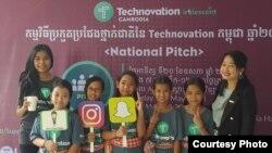 កុមារី អ៊ឹង ពេជ្រជតា (ពីឆ្វេង ទីបី) ឈរកាន់បដា Instagram ជាមួយនឹងសមាជិកក្រុមនិងគ្រូបង្វឹករបស់នាងនៅឯការប្រកួតថ្នាក់ជាតិ Technovation National Pitch កាលពីថ្ងៃទី ២០ ខែឧសភា ឆ្នាំ២០១៨។ (រូបថតផ្តល់ឲ្យ)