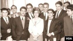 ستّاره فرمانفرماییان، پایه گذار مددکاری اجتماعی در ایران ، در جمع کارآموزان و همکاران