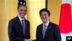 오바마 대통령과 아베 일본 총리가 지난해 4월 도쿄에서 정상회담 뒤 악수하고 있다. (자료사진 2014년 4월 24일)