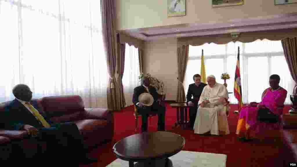 Papa Francis alipofika ikulu ya Kampala kuanza ziara yake ya Uganda, pichani yupo na mwenyeji wake Rais Yoweri Museveni na mkewe.