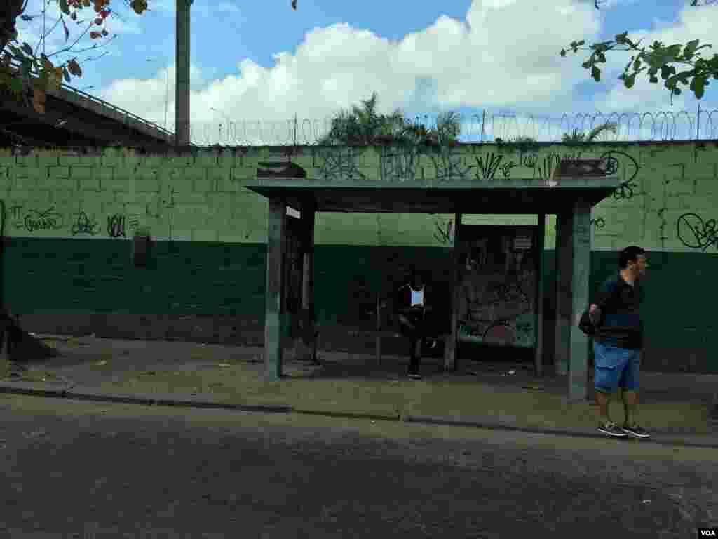 اینجا ظاهرا یک ایستگاه اتوبوس است؛ از جنس بتن در حاشیه ریو