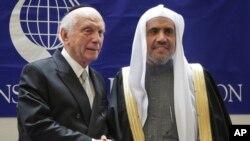 Rabi Arthur Schneier (kiri) bersama Mohammad Abdulkarim Al-Issa, Sekjen Liga Muslim Dunia usai menandatangani kesepakatan di New York (29/4).