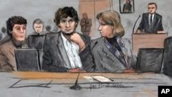 Dzhokhar Tsarnaev, center, fue hallado culpable de 30 cargos durante el juicio, 17 de los cuales son meritorios a la pena de muerte.
