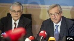 PM Yunani Lucas Papademos (kiri) bersama ketua kelompok Euro, Jean-Claude Juncker (foto: dok). Yunani sedang mengusahakan penghapusan sebagian utang dari kreditor swasta.