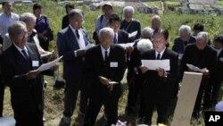 지난해 10월 평양 외곽의 일본인 묘소를 참배하는 일본인 유족들. (자료사진)