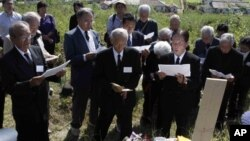 지난해 10월 북한 평양 외곽의 일본인 묘소를 참배하는 일본인 유족들. (자료사진)
