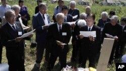 지난 1일 북한 평양 외곽의 일본인 묘소를 참배하는 일본인 유족들. (자료사진)