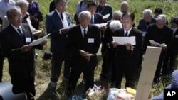 지난 1일 북한 평양 외곽의 일본인 묘소를 참배하는 일본인 유족들.