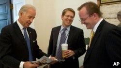 Ο αντιπρόεδρος Μπάιντεν με τον κ. Γκίμπς και τον κ. Κάρνι