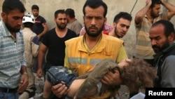 시리아 격전지 알레포 인근 반군장악지역에서 지난 4일 공습이 단행된 직후 구호요원이 어린이의 사체를 수습하고 있다.