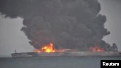 """巴拿马注册的""""桑吉""""号(Sanchi)油轮与香港注册的货轮""""长峰水晶""""号在距上海以东约300公里洋面相撞,邮轮着火冒出熊熊浓烟和火焰。(2018年1月7日)"""