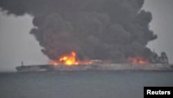 """巴拿馬註冊的""""桑吉""""號(Sanchi)油輪與香港註冊的貨輪""""長峰水晶""""號在距上海以東約300公里洋面相撞,郵輪著火冒出熊熊濃煙和火焰。(2018年1月7日)"""