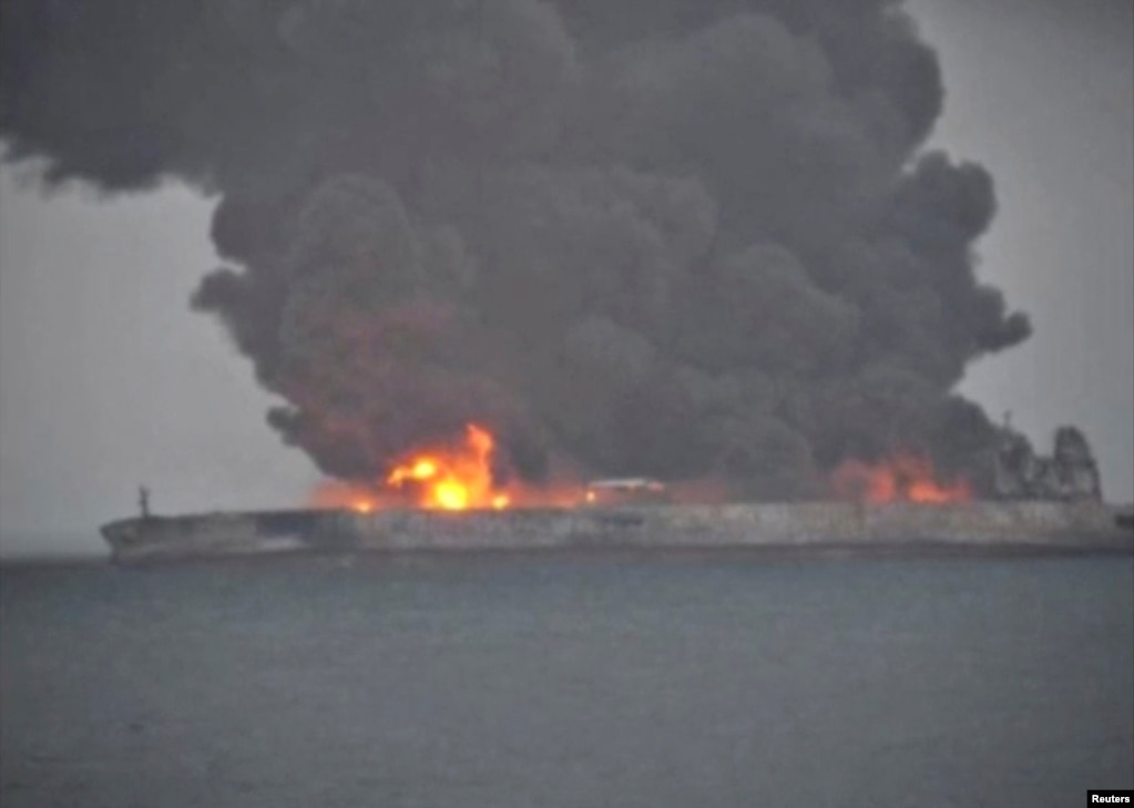 """巴拿馬註冊的""""桑吉""""號(Sanchi)油輪與香港註冊的貨輪""""長峰水晶""""號在距上海以東約300公里洋面相撞,郵輪著火冒出熊熊濃煙和火焰。 (2018年1月7日)"""