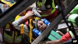 Un homme est secouru dans les ruines d'un building après un séisme à Accumoli, Italie, le 24 août 2016.