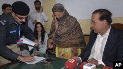 سلمان تاثیر نے جیل جا کر توہین رسالت کے جرم میں سزا یافتہ مسیحی خاتون آسیہ بی بی سے ملاقات کی تھی (فائل فوٹو)