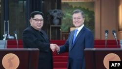 北韓領導人金正恩與南韓總統文在寅在發表共同聲明之後握手