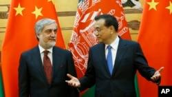 리커창(오른쪽) 중국 총리와 압둘라 압둘라 아프가니스탄 최고 행정관이 16일(현지시간) 중국 베이징의 인민대회관에서 열린 서명행사 직후 대화하고 있다.