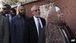 اخوان المسلیمن کے ایک راہنما محمد بدیع (قطار میں دوسرا نمبر) ووٹ ڈالنے کے لیے اپنی باری کے منتظر۔ 22 دسمبر 2012