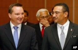 Bộ trưởng Di trú Australia Chris Bowen (trái).