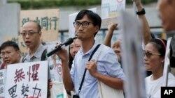 Aktivis reformasi lahan Eddie Chu (tengah) berbicara kepada para pendukungnya dalam pemilu legislatif di Hong Kong (10/9). (AP/Kin Cheung)