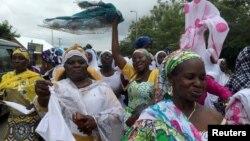 Des Musulmanes dansent lors de la fête de Aid el-Fitr dans une petite ville du Ghana, à Assin Foso, le 6 juillet 2016.