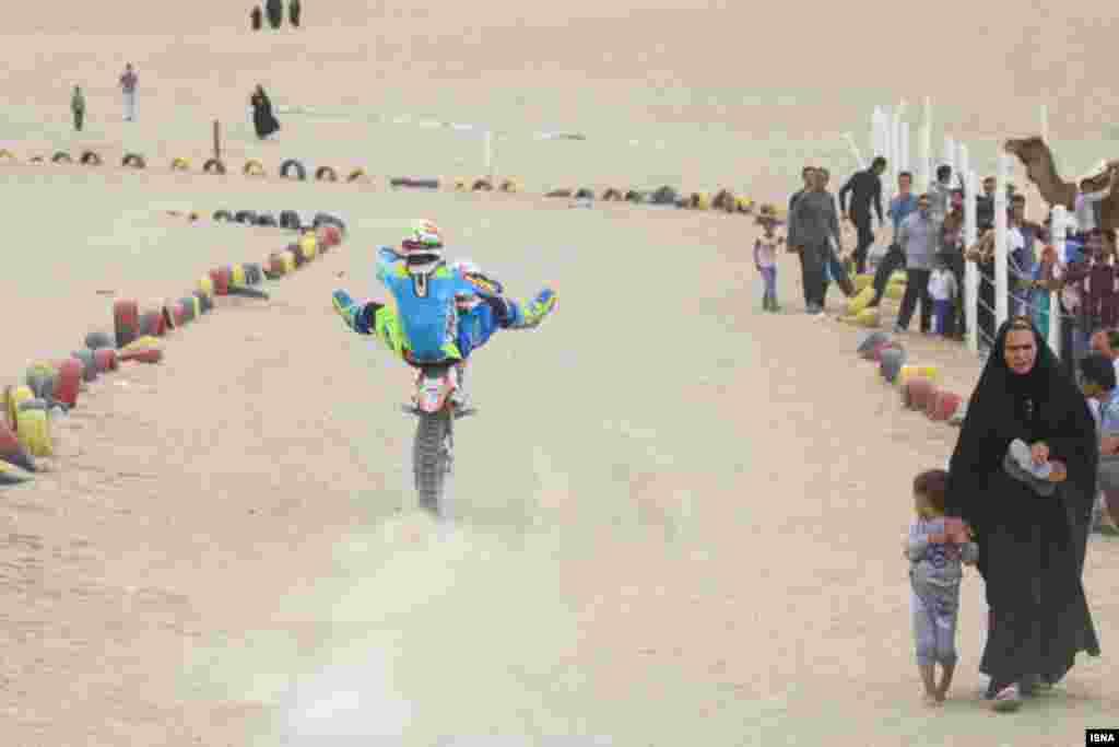 موتورسواری نمایشی در حاشیه مسابقات شترسواری در مناطق گردشگری کویری ورزنه ایران عکس: حمید املشی
