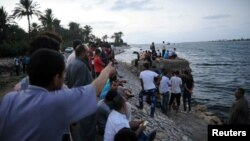 مردم در ساحل مدیترانه در انتظار قایق های نیروهای امدادی حامل اجساد و مفقودشگان