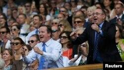Ra'iisul-wasaaraha Britain David Cameron (B) iyo Ra'iisul-wasaaraha Scotland Alex Salmond (M) oo farxad la qeylinaya markii uu Andy Murray ku guuleystay Koobka Wimbledon ee ciyaaraha Tenniska.