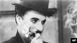 """Charlie Chaplin s ružom, u posljednjoj sceni filma iz 1931. godine """"City Lights,"""" Svjetla velegrada (AP Photo)"""