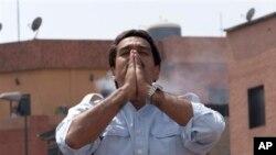 委內瑞拉代總統馬杜羅在星期日的特別選舉中獲勝﹐接替已故總統查韋斯的職位﹐向他的支持者見面。